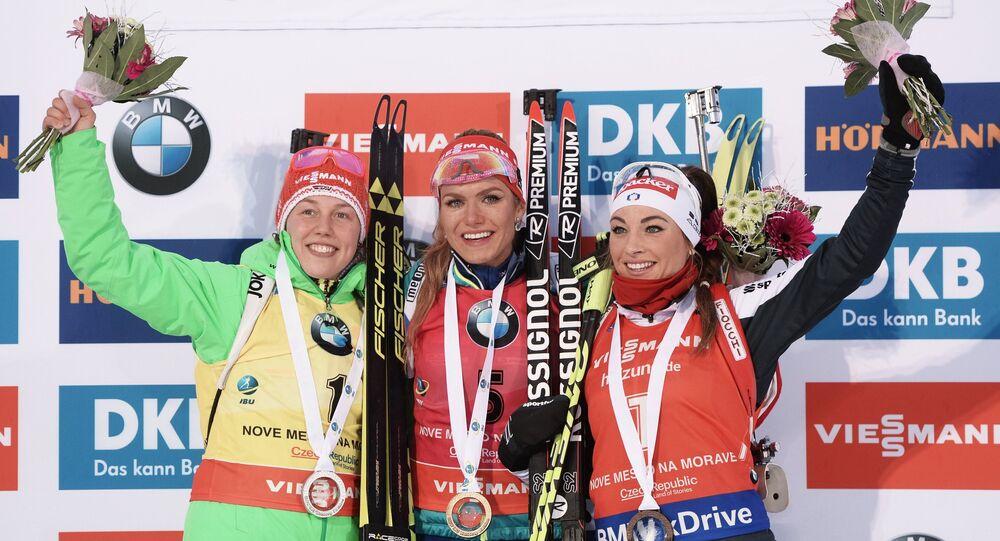 Světový pohár Světový pohár v biatlonu v Novém městě na Moravě v sezóně 2016/17. Stupně vítězů po hromadném závodě. Zlatá Gabriela Koukalová, stříbrná Laura Dahlmeierová a bronzová Dorothea Wiererová
