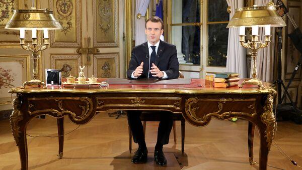 Francouzský prezident Emmanuel Macron během projevu k národu - Sputnik Česká republika