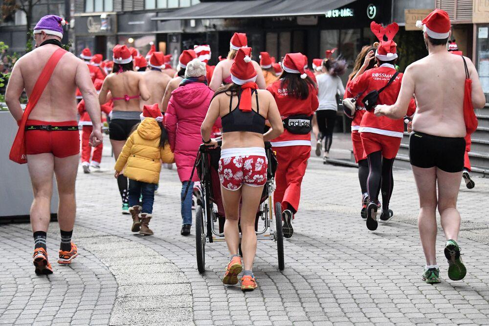 Účastníci charitativního běhu Santa Klausů v Budapešti