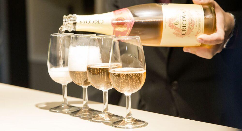 Víno v degustačním sálu. Ilustrační foto