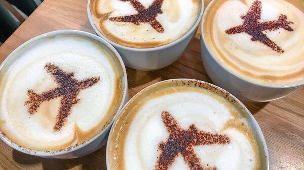 Чашки кофе с изображением самолета - Sputnik Česká republika