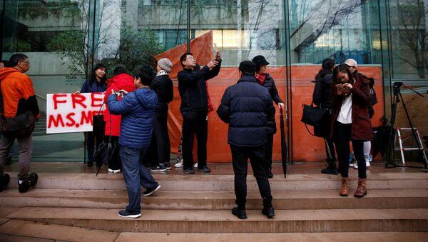 Lidé u soudu, kde probíhá slyšení ve věci Meng Wan-čou - Sputnik Česká republika