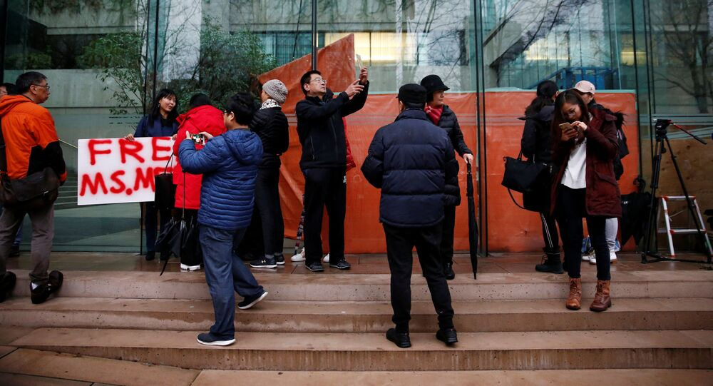Lidé u soudu, kde probíhá slyšení ve věci Meng Wan-čou
