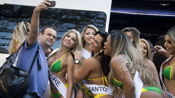 Muž dělá selfie s účastnicemi soutěže Miss Brazílie 2015 - Sputnik Česká republika