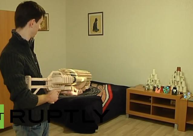 Ukrajina: Student zhotovil dřevěný kulomet