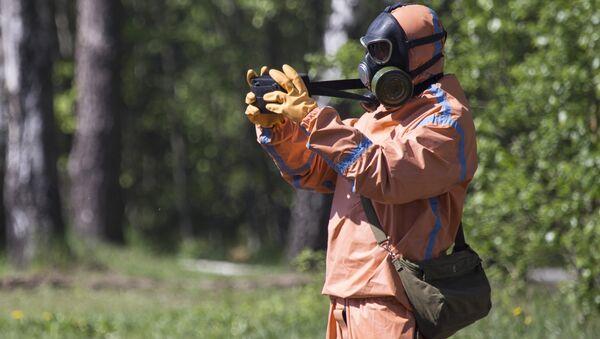 Záchranář v protichemickém ochranném obleku - Sputnik Česká republika