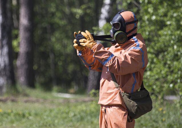 Záchranář v protichemickém ochranném obleku