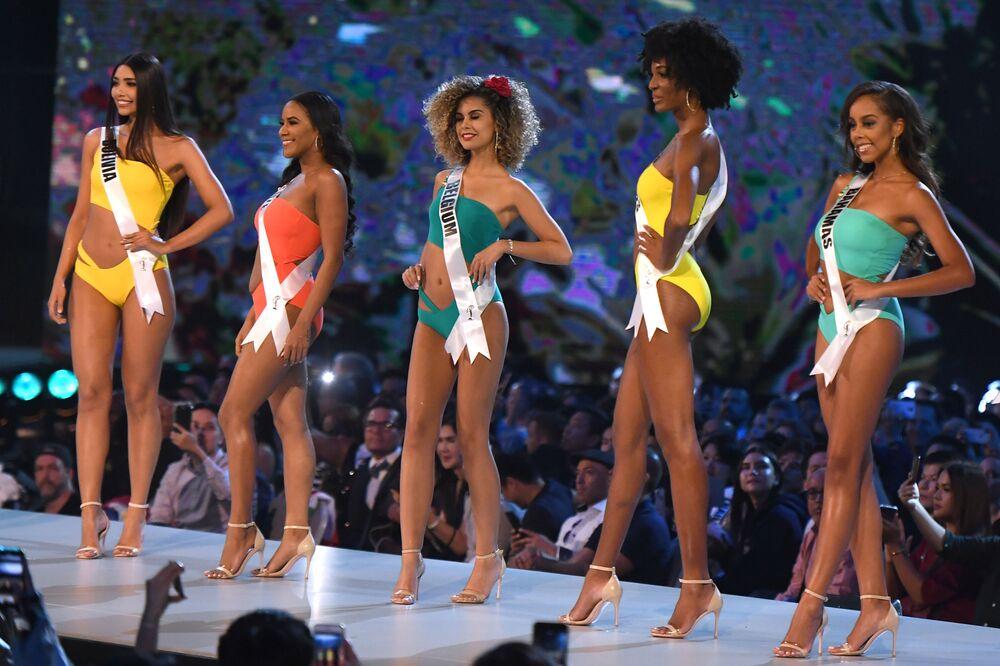 Pikantní záběry z promenády v plavkách na Miss Universe