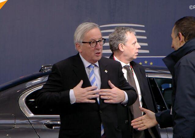 Juncker si pohrál s vlasy ženy během setkání lídrů na summitu Evropské komise v Bruselu