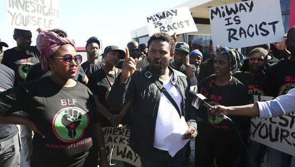 Andile Mngxitama, vůdce Black First Land First (BLF), během demonstrace před kanceláří pojišťovny MiWay ve městě Centurion, Jižní Afrika. - Sputnik Česká republika