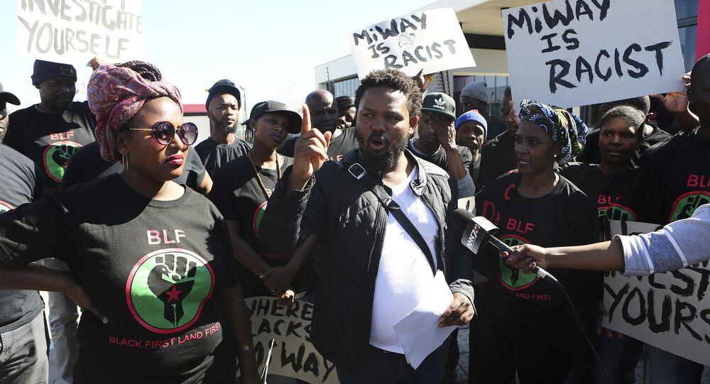 Andile Mngxitama, vůdce Black First Land First (BLF), během demonstrace před kanceláří pojišťovny MiWay ve městě Centurion, Jižní Afrika.