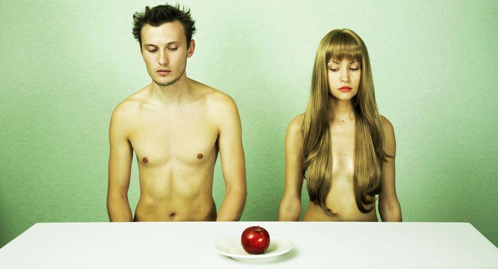 Chlapec a dívka u stolu