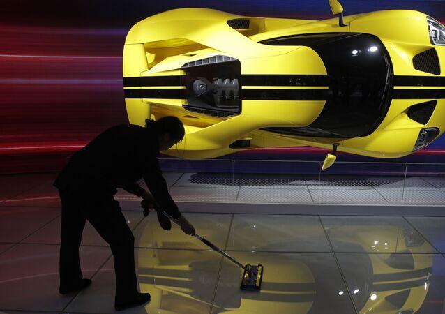 Čínská uklízečka vedle sportovního auta Ford GT