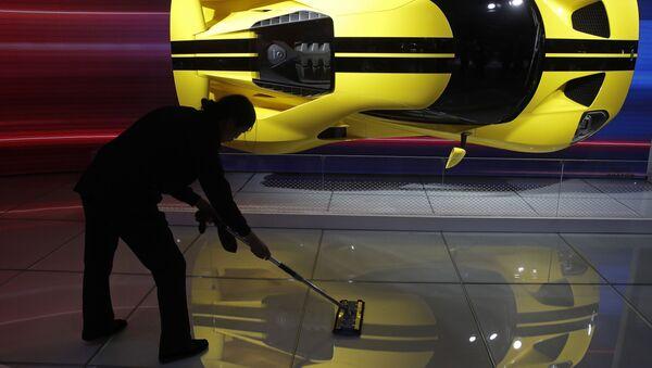 Čínská uklízečka vedle sportovního auta Ford GT - Sputnik Česká republika