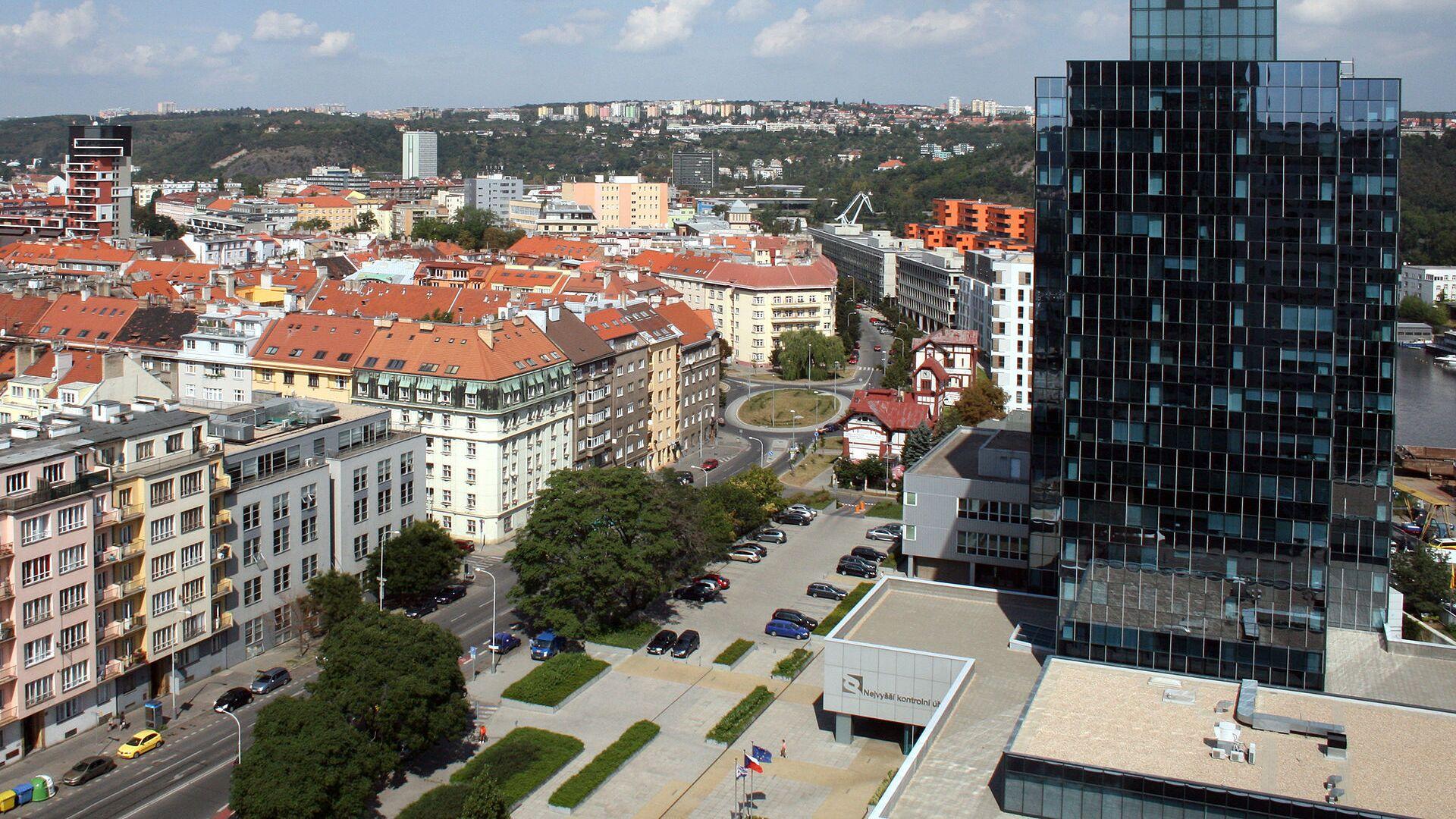 Pohled na budovu NKÚ a část Holešovic z vrcholu Lighthouse Vltava Waterfront Towers v pražských Holešovicích. - Sputnik Česká republika, 1920, 07.06.2021