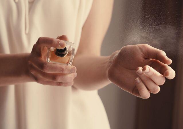 Dívka s parfémem. Ilustrační foto