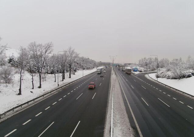 Dálnice D1 na příjezdu do Prahy, 2. kilometr ve směru do centra (odbočka z Brněnské do Chilské směr Šeberov), v zimě, 1. 3. 2016