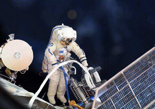 Výstup ruského kosmonauta do otevřeného vesmíru. Ilustrační foto