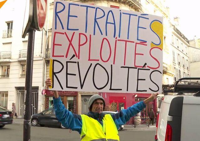 """Francouzská média odstranila slovo """"pryč"""" z protestního plakátu ve znění """"Macron, pryč"""""""