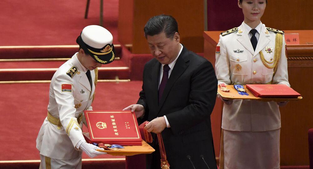 Prezident ČLR Si Ťin-pching předává vyznamenání