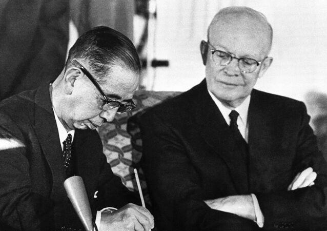 Americký prezident Dwight Eisenhower a japonský premiér Nobusuke Kiši při podpisu dohody o vzájemné spolupráci a bezpečnostni mezi USA a Japonskem