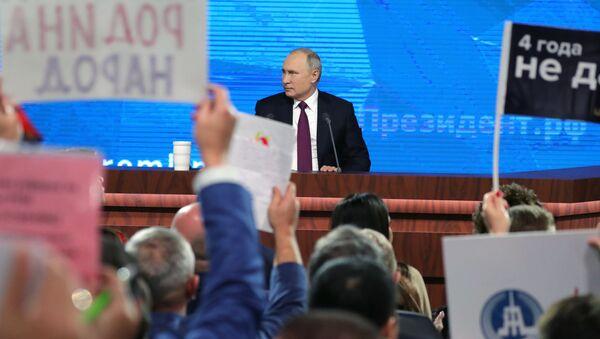 Ruský prezident Vladimir Putin během výroční tiskové konference - Sputnik Česká republika