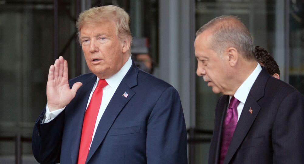 Americký prezident Donald Trump a turecký lídr Recep Tayyip Erdogan na summitu NATO v Bruselu.