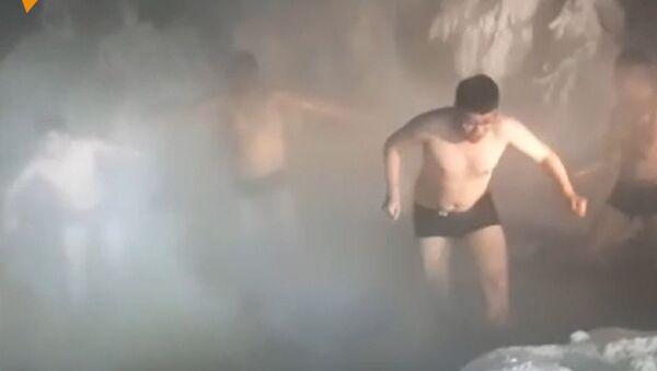 Turisté se cachtají  ve vodě při -60 ° - Sputnik Česká republika