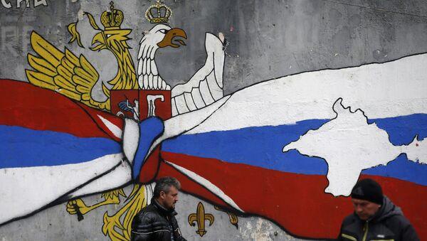 Graffiti v Mitrovici s vlajkami Ruska a Kosova a mapami Krymu a Kosova - Sputnik Česká republika