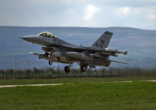 Americká stíhačka F-16 v Rumunsku