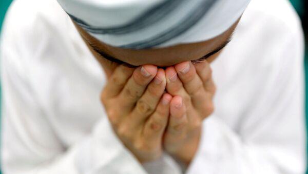 Muslim vykonává modlitbu v první pátek svatého měsíce Ramadán.  - Sputnik Česká republika