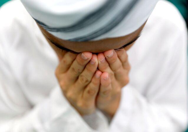 Muslim vykonává modlitbu v první pátek svatého měsíce Ramadán.