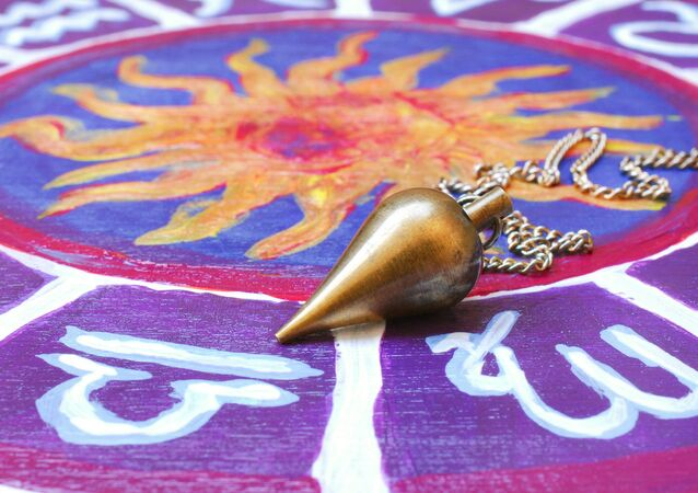 Kyvadlo na astrologickém kruhu