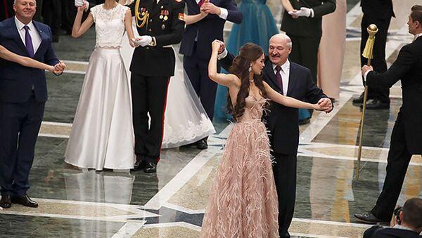 Lukašenko si zatančil s Miss Běloruska 2018 - Sputnik Česká republika