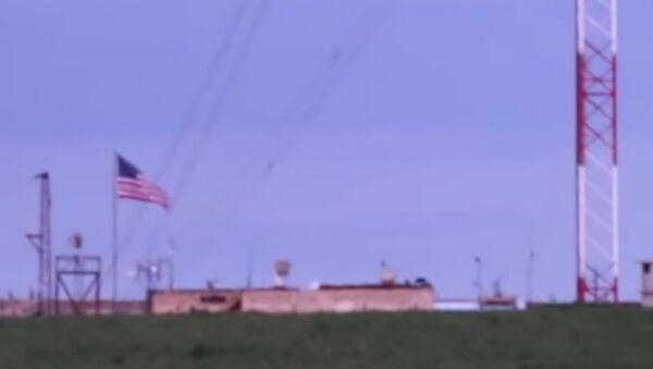 V Sýrii přiletěla během tureckého vpádu americká vlajka z pozice uvnitř Sýrie - Sputnik Česká republika