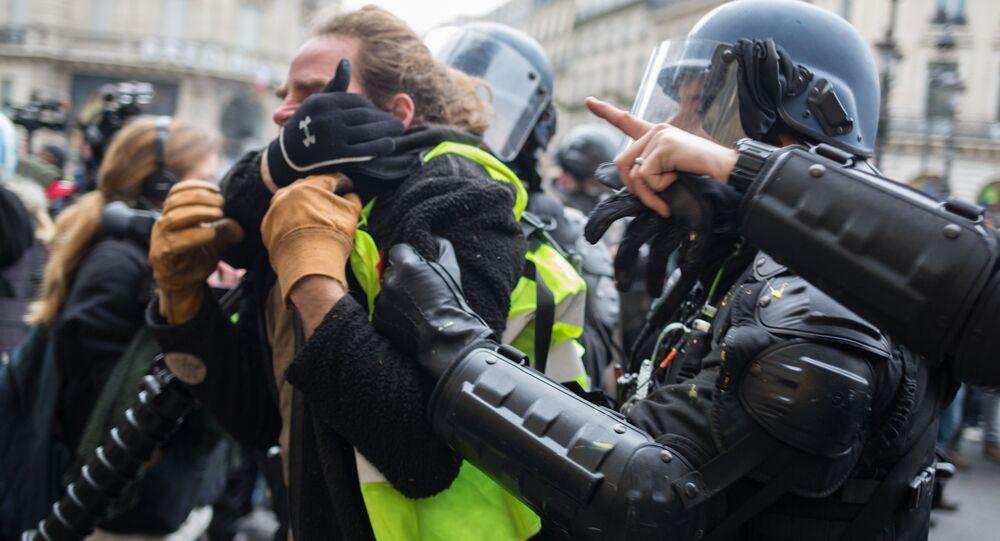Policie zadržela účastníka protestní akce žlutých vest v Paříži
