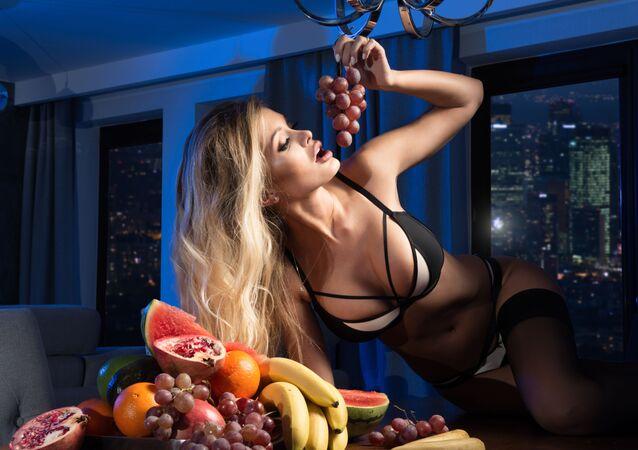 Dívka jí ovoce