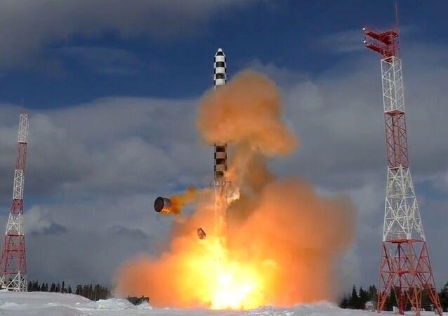 Start rakety Sarmat s kosmodromu Pleseck. Ilustrační foto