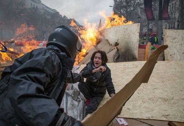 Akce žlutých vest. Protestující žádají, aby vláda nezvyšovala daň na palivo a ceny na benzín. Účastníci hnutí, kteří nejsou spokojeni se sociální politikou francouzské vlády. - Sputnik Česká republika