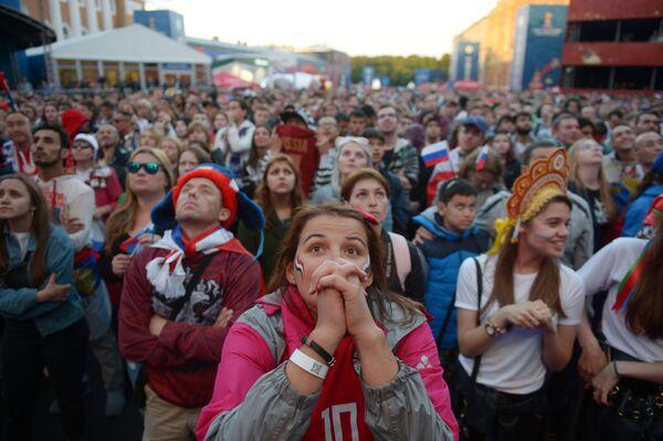 Fanoušci sledují vysílání zápasu skupinové etapy mistrovství světa mezi národními družstvy Ruska a Egypta ve fanouškové zóně Petrohradu - Sputnik Česká republika