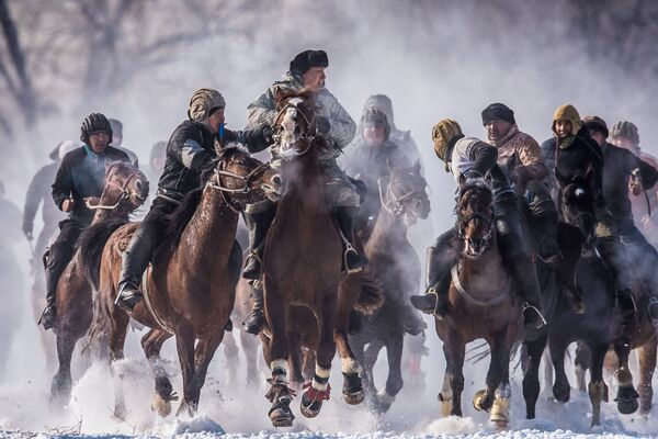 Účastníci národního jezdeckého sportu Alaman Ulak na území obce Dača SU poblíž Biškeku - Sputnik Česká republika