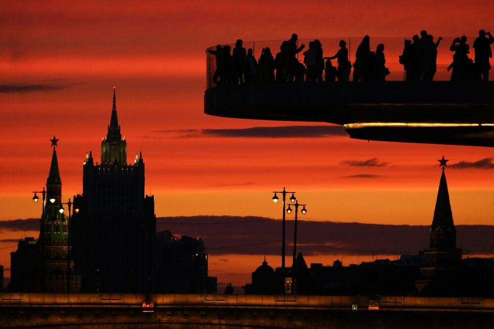 Návštěvníci na Létajícím mostě v parku Zarjadje v Moskvě