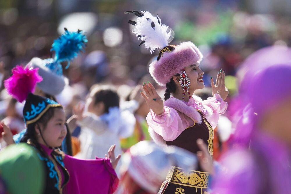 Taneční skupina během koncertu věnovaného Navruze na náměstí Ala-Too v Biškeku