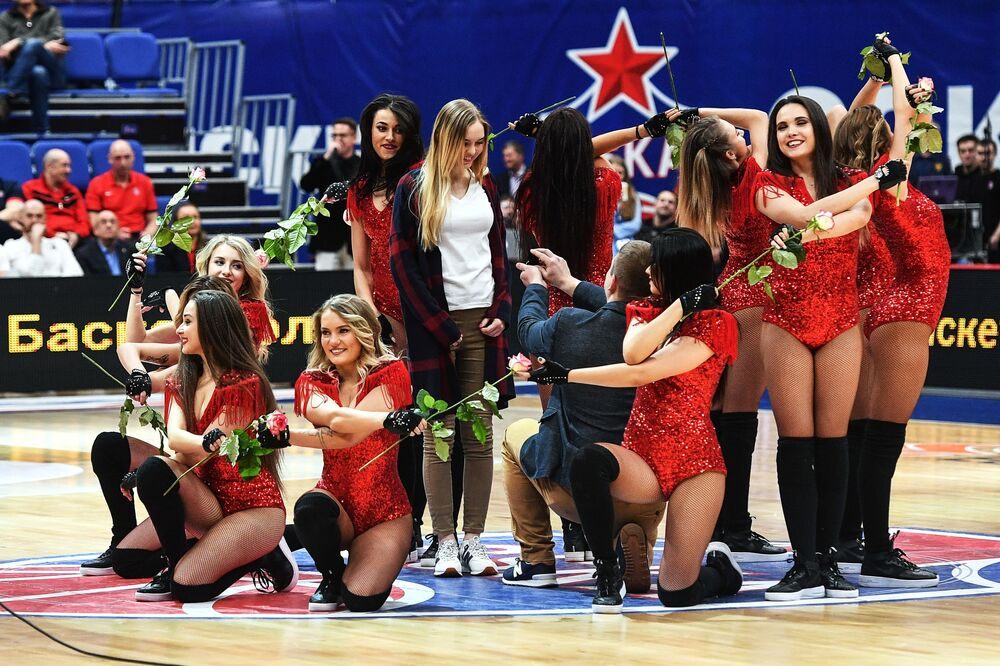 Fanoušek žádá o ruku svou přítelkyni při přestávce na pravidelném utkání Euroleague mezi PBC CSKA (Rusko, Moskva) a BC Unicaja (Španělsko, Malaga)