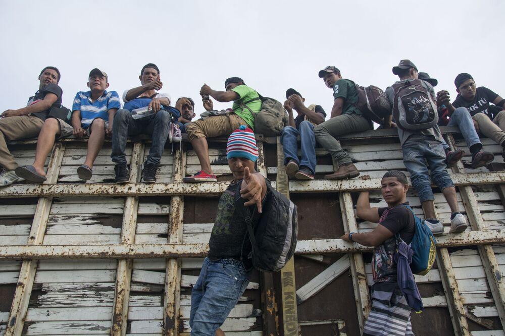 Migranti z Hondurasu míří přes území Mexika směrem k americkým hranicím