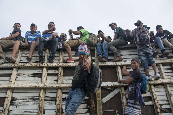 Migranti z Hondurasu míří přes území Mexika směrem k americkým hranicím - Sputnik Česká republika