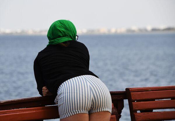 Žena na nábřeží ostrova Džerba v Tunisku - Sputnik Česká republika