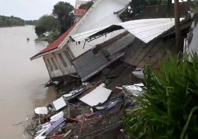 Zničený dům po zemětřesení na Filipínách