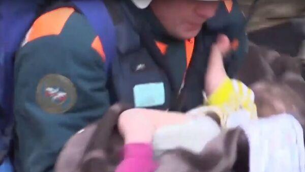 11měsíční dítě bylo zachráněno pod troskami domu v Magnitogorsku (VIDEO) - Sputnik Česká republika