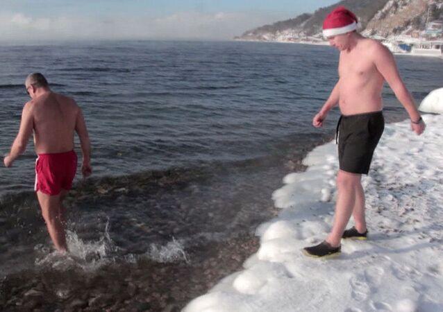 To každý nedokáže: novoroční koupání v Bajkalu